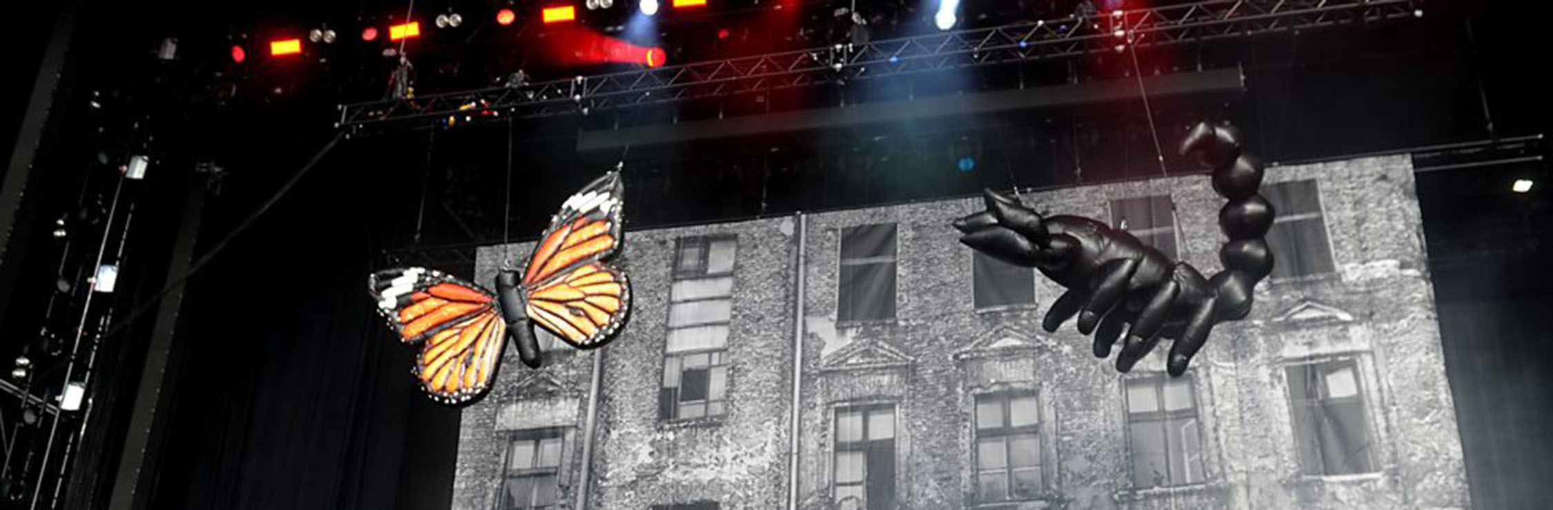 inflatable-props-hung-on-stage-top-bottom