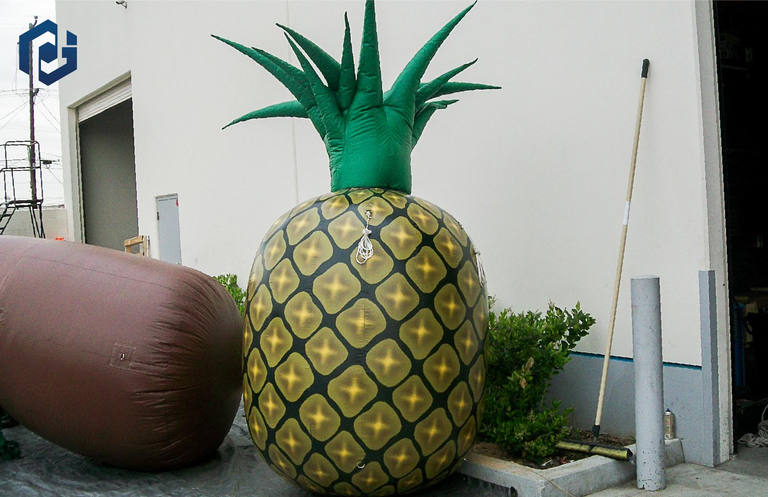 10ft-inflatable-pineapple